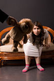 Muchacha con el juguete-león Foto de archivo