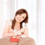 Muchacha con el juguete suave del corazón Fotografía de archivo libre de regalías