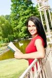 Muchacha con el libro al aire libre Foto de archivo