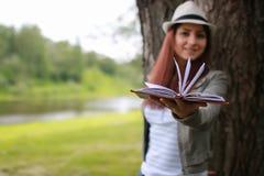Muchacha con el libro en parque Imagen de archivo