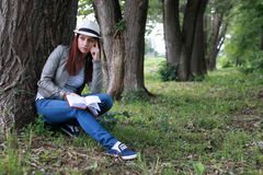 Muchacha con el libro en parque Fotografía de archivo