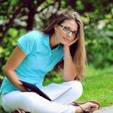 Muchacha con el libro en un parque Imagen de archivo libre de regalías