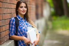 Muchacha con el libro en universidad Imagenes de archivo