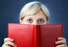 Muchacha con el libro rojo Imagen de archivo libre de regalías