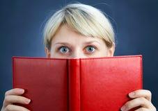 Muchacha con el libro rojo Imagen de archivo