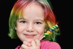 Muchacha con el lollipop del arco iris Foto de archivo libre de regalías