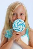 Muchacha con el lollipop grande Imagen de archivo