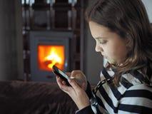 Muchacha con el móvil Fotos de archivo