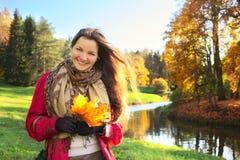 Muchacha con el manojo de hojas Foto de archivo libre de regalías