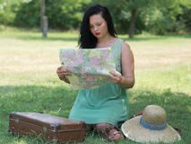 Muchacha con el mapa imágenes de archivo libres de regalías