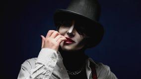 Muchacha con el maquillaje de Halloween que presenta en estudio almacen de video