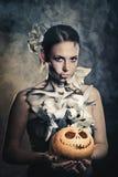 Muchacha con el maquillaje para Halloween terrible Fotos de archivo