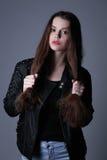 Muchacha con el maquillaje que se sostiene el pelo Cierre para arriba Fondo blanco Imágenes de archivo libres de regalías