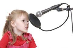 Muchacha con el micrófono Fotos de archivo libres de regalías