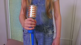 Muchacha con el micrófono del juguete almacen de video