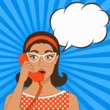 Muchacha con el microteléfono de teléfono en fondo del cómic libre illustration