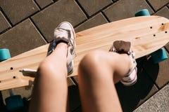 Muchacha con el monopatín de madera del longboard Fotografía de archivo