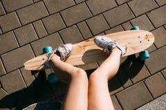 Muchacha con el monopatín de madera del longboard Fotografía de archivo libre de regalías