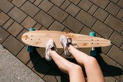 Muchacha con el monopatín de madera del longboard Imágenes de archivo libres de regalías