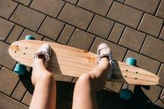 Muchacha con el monopatín de madera del longboard Fotos de archivo libres de regalías