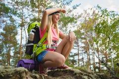 Muchacha con el morral que mira en la distancia Aventura, viaje, concepto del turismo Fotografía de archivo libre de regalías