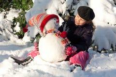 Muchacha con el muñeco de nieve Fotografía de archivo