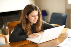 Muchacha con el ordenador imagen de archivo libre de regalías