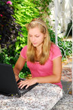 Muchacha con el ordenador Fotografía de archivo