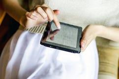 Muchacha con el ordenador de la tableta Foto de archivo libre de regalías