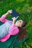 Muchacha con el ordenador de la tablilla Foto de archivo libre de regalías