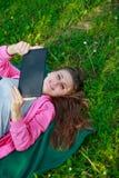 Muchacha con el ordenador de la tablilla Fotografía de archivo