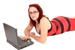 Muchacha con el ordenador portátil. Imágenes de archivo libres de regalías
