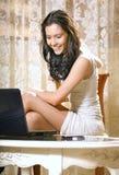 Muchacha con el ordenador portátil en el país Fotografía de archivo