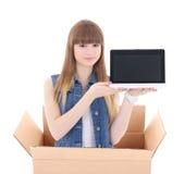 Muchacha con el ordenador portátil en la caja de cartón aislada en blanco Imagenes de archivo