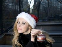 Muchacha con el ornamento de la Navidad imagenes de archivo