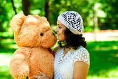 Muchacha con el oso de peluche foto de archivo