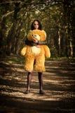 Muchacha con el oso de peluche Fotos de archivo libres de regalías