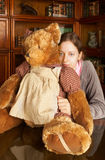 Muchacha con el oso del peluche Imagenes de archivo