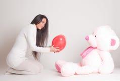 Muchacha con el oso rosado Fotos de archivo