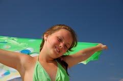 Muchacha con el pañuelo. Foto de archivo libre de regalías
