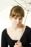 Muchacha con el paraguas foto de archivo