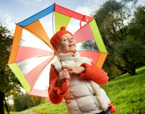 Muchacha con el paraguas colorido Imagen de archivo libre de regalías