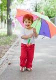 Muchacha con el paraguas en calle del verano Imagenes de archivo
