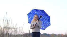 Muchacha con el paraguas en la naturaleza almacen de metraje de vídeo