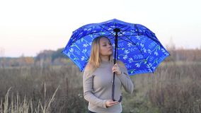 Muchacha con el paraguas en la naturaleza metrajes