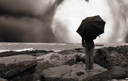 Muchacha con el paraguas en la orilla del océano, Fotos de archivo libres de regalías