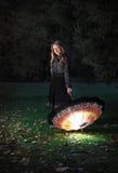 Muchacha con el paraguas en parque del otoño Imagenes de archivo