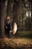 Muchacha con el paraguas en parque del otoño Imágenes de archivo libres de regalías