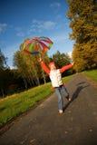 Muchacha con el paraguas en un bosque Fotos de archivo