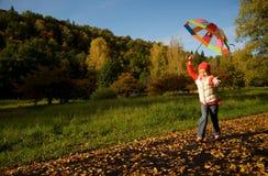 Muchacha con el paraguas en un bosque Fotos de archivo libres de regalías
